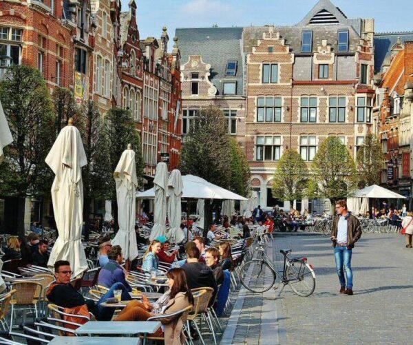Plaza Oude Markt de Lovaina en Flandes en Bélgica