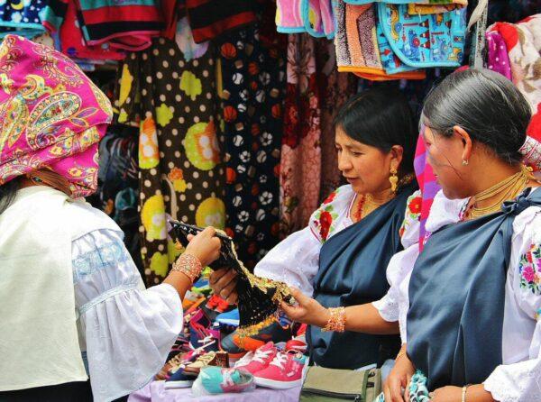 Mercado artesanal de Otavalo en Ecuador