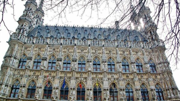 Fachada del ayuntamiento gótico de Lovaina en Flandes