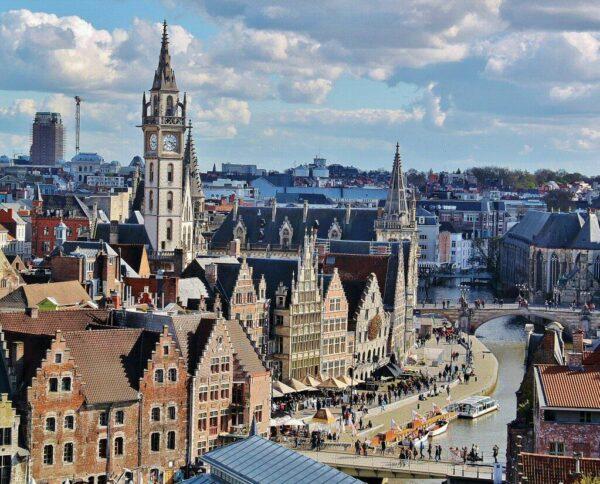 Vistas del muelle Grislei desde el castillo Condes de Flandes en Gante