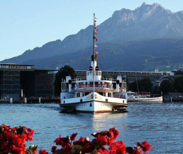 Barco turístico a vapor en el Lago de Lucerna en Suiza