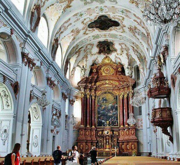Interior de la iglesia de los Jesuitas en Lucerna