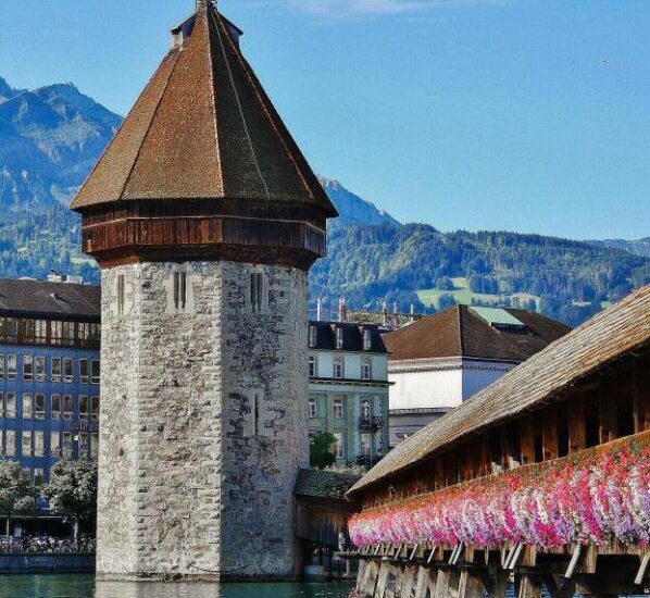Torre del Agua junto al puente medieval de madera de Lucerna