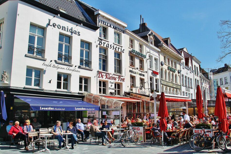 Terrazas en la Groenplaatz de Amberes en Flandes en Bélgica
