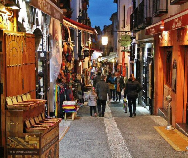 Calle Calderería Nueva en el Albaicín en Granada