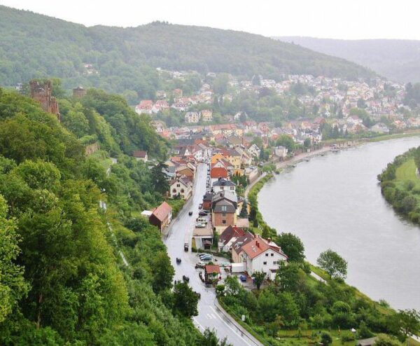 Neckarsteinach a orillas del río Neckar cerca de Heidelberg