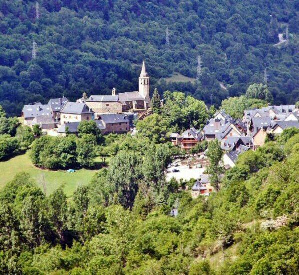 Pueblo bonito en el Valle de Arán en Pirineos de Cataluña
