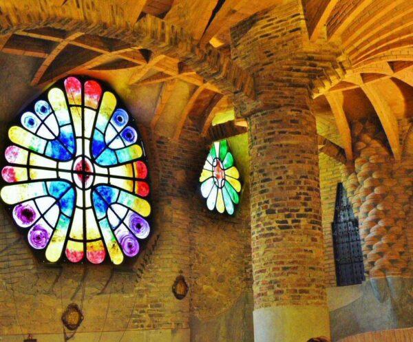 Iglesia de la Colonia Güell cerca de Barcelona