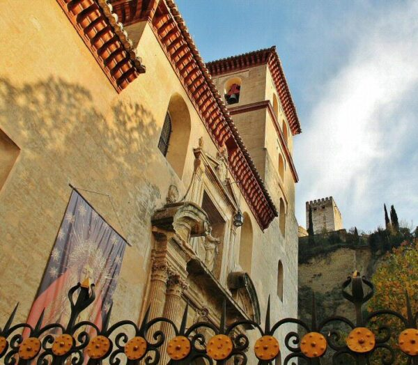 Iglesia de San Pedro y San Pablo al pie de la Alhambra en Granada
