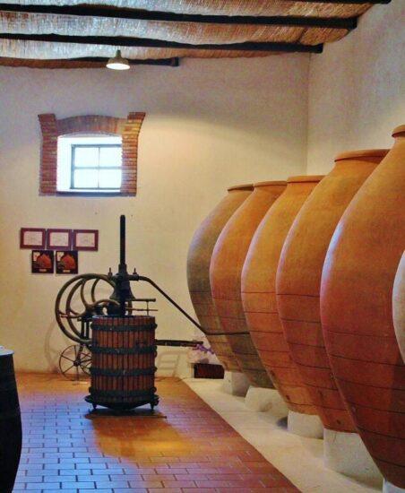 Tradicionales tinajas de vino en la Bodega César Velasco de Villarrobledo