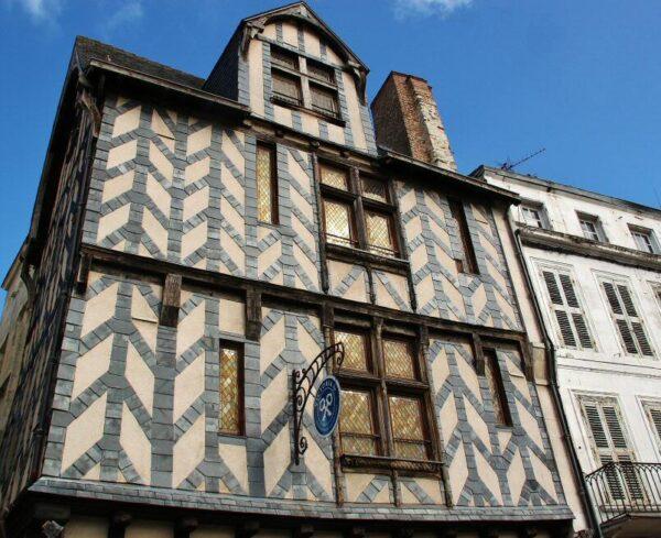 Casa entramada en el centro histórico de La Rochelle en Francia