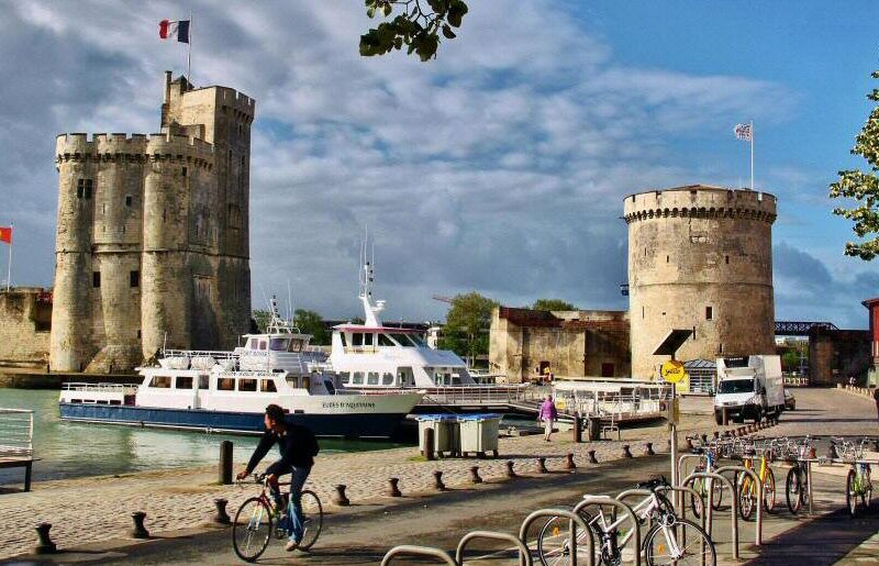 Torres en el puerto medieval de La Rochelle al oeste de Francia
