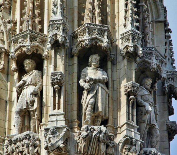 Estatuas en la fachada del ayuntamiento gótico de Lovaina en Flandes