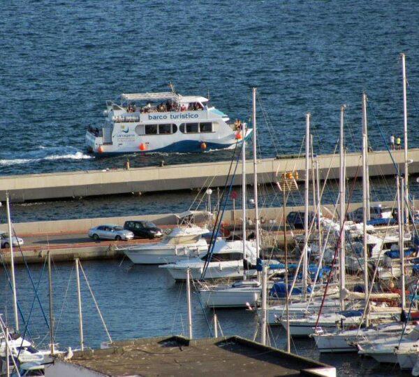 Barco del crucero turístico por la Bahía de Cartagena en Murcia