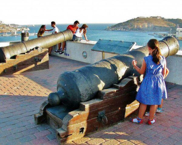 Cañones en el mirador panorámico en la colina del castillo de Cartagena