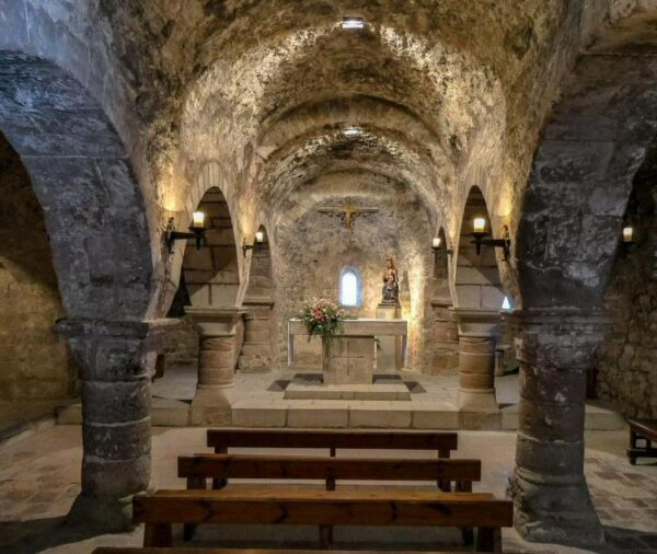 Interior románico de la iglesia de Tossa de Montbui en Barcelona