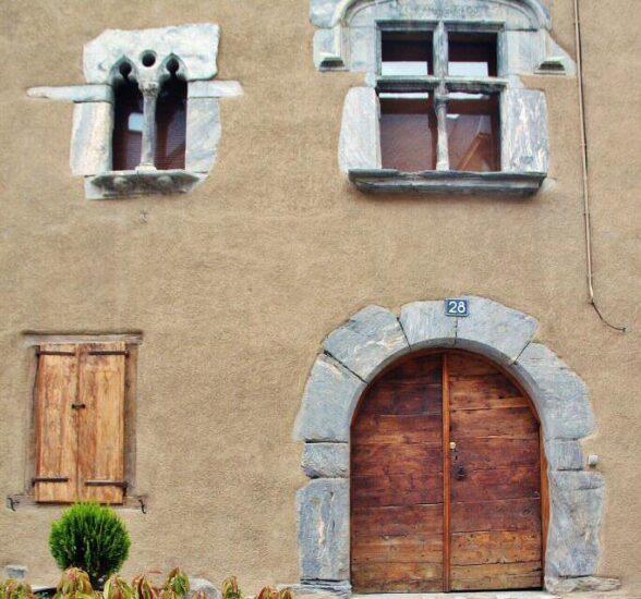 Fachada de edificio histórico en Vielha en el Valle de Arán