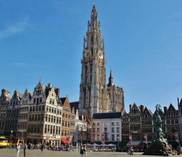 Catedral gótica de Amberes desde la plaza Mayor