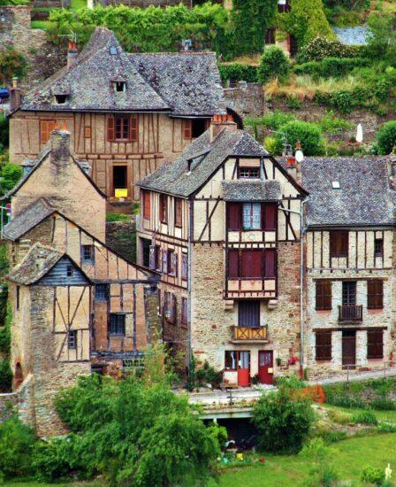 Casas entramadas en el pueblo medieval de Conques al sur de Francia