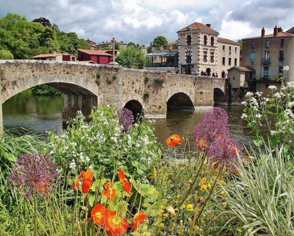 Puente medieval de Clisson cerca de Nantes en Francia
