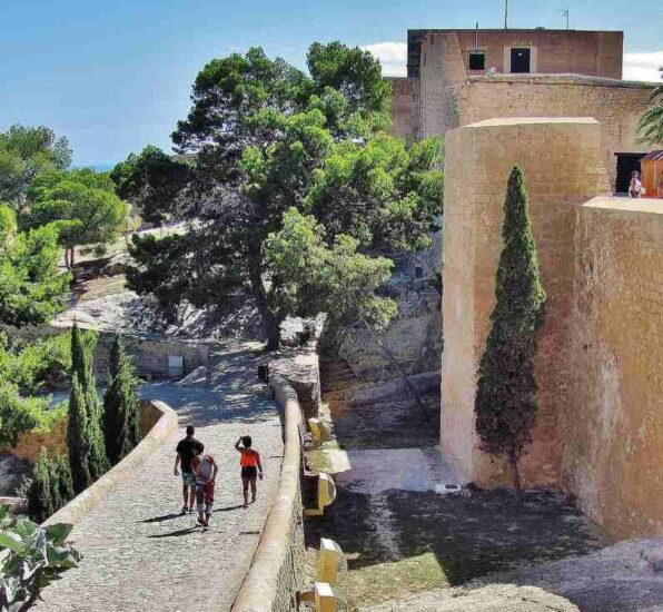 Murallas del castillo de Santa Bárbara en Alicante