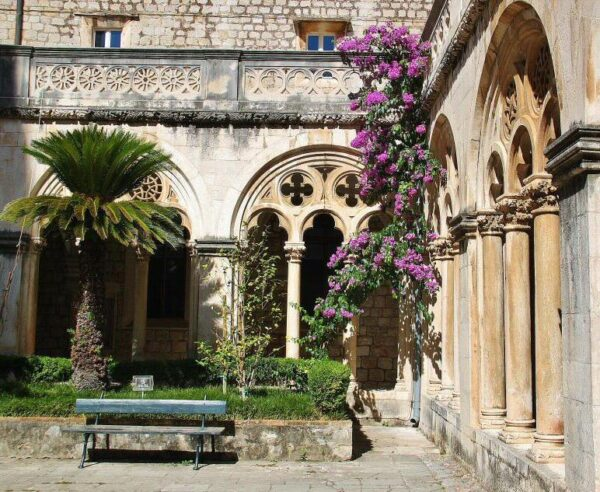 Claustro del monasterio de los Dominicos en Dubrovnik en Croacia
