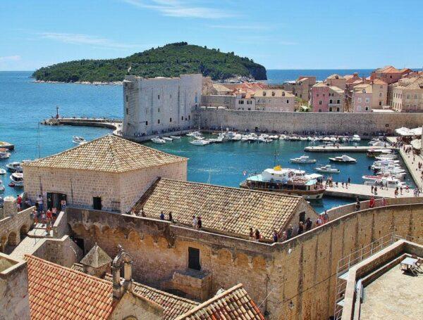 Puerto de Dubrovnik en Croacia desde sus murallas