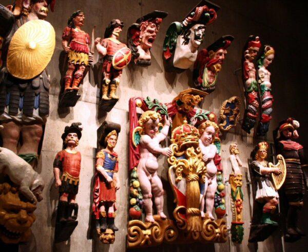 Esculturas del galeón Vasa en el museo Vasa de Estocolmo