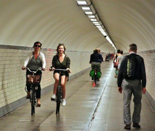 Túnel subterráneo bajo el río Escalda en Amberes