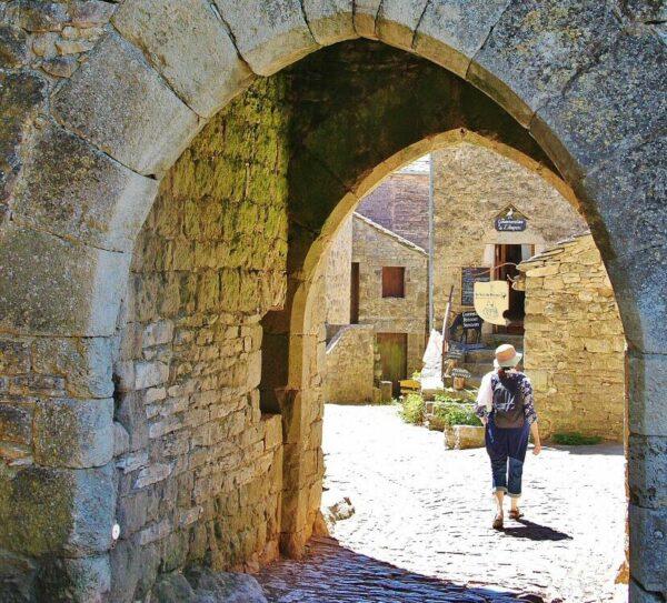 Arco de entrada a La Couvertoirade en Occitania al sur de Francia