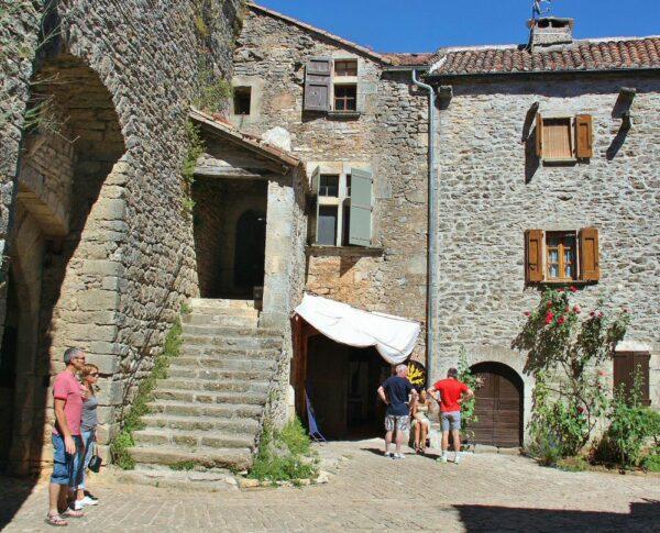 Entrada a La Couvertoirade en Occitania al sur de Francia