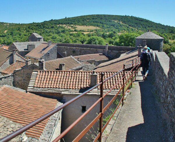 Murallas del pueblo templario de La Couvertoirade al sur de Francia