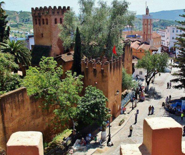 Plaza Uta el-Hamman en la medina de Chefchaouen al norte de Marruecos