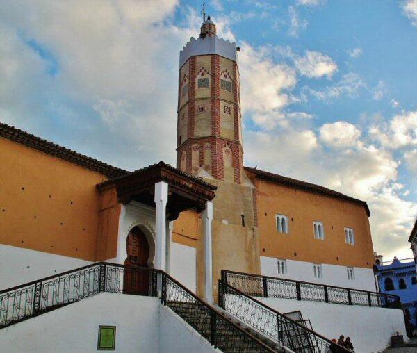 Gran Mezquita en la medina de Chefchaouen al norte de Marruecos