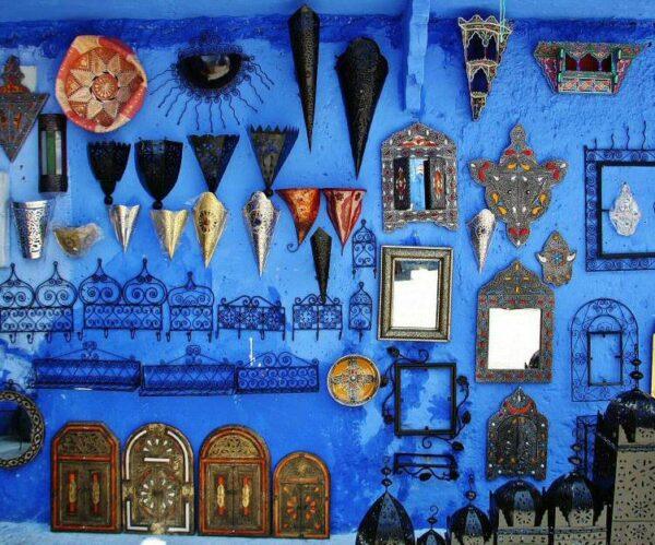 Artesanía de hierro en la medina de Chefchaouen en Marruecos