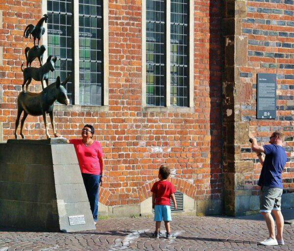 Turistas ante la escultura de los músicos de Bremen