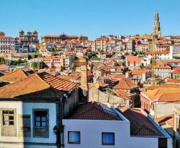 Torre de los Clérigos en la vista panorámica de Oporto