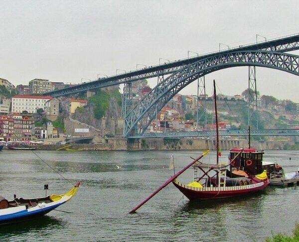 Barcos tradicionales de bodegas de Oporto en el río Duero