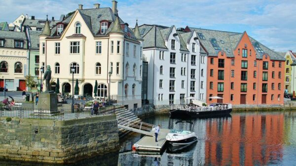 Rincón del canal de Alesund en los Fiordos de Noruega