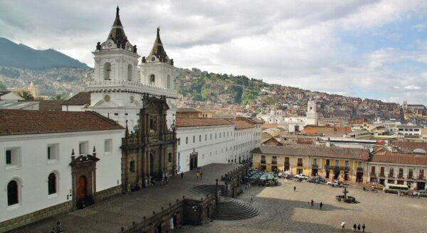 Plaza de San Francisco en el centro histórico de Quito en Ecuador