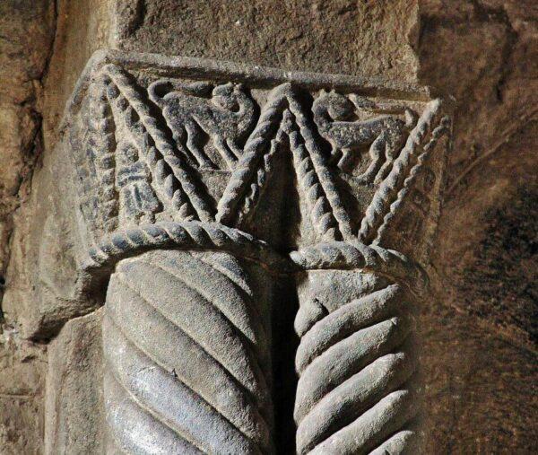 Capiteles en el interior de la Iglesia prerrománica de Santa Cristina de Lena