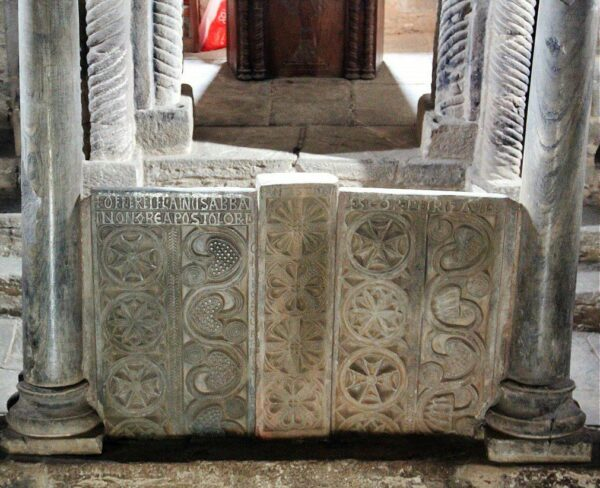 Altar de piedra de la Iglesia prerrománica de Santa Cristina de Lena