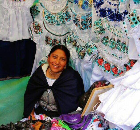 Mercado indígena de Otavalo cerca de Quito en Ecuador