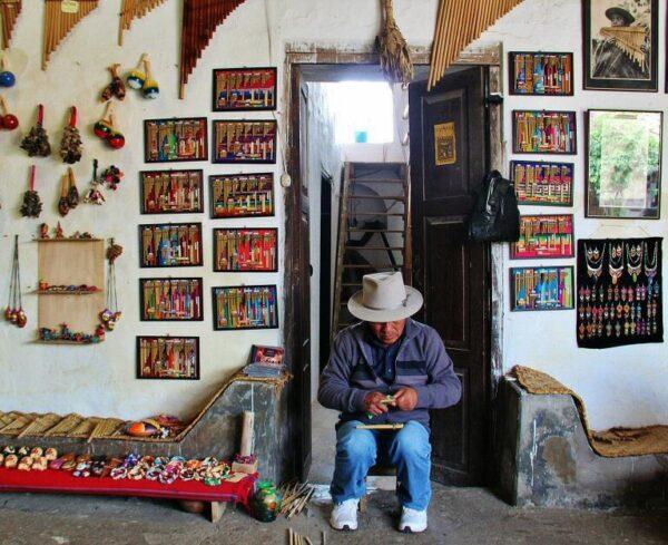 Fabricaciòn de instrumentos musicales andinos en Otavalo