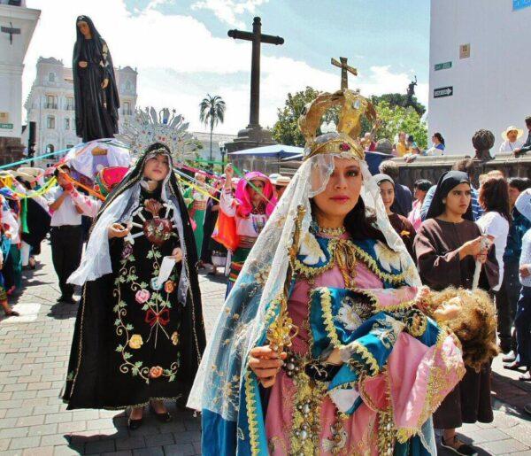 Procesión por el centro histórico de Quito en Ecuador