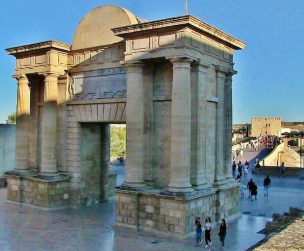 Puerta del Puente Romano en Córdoba
