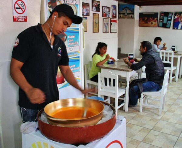 Elaboración artesanal del típico helado de paila en Ibarra cerca de Quito