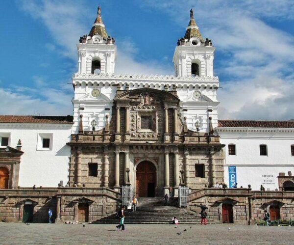 Iglesia de San Francisco en el centro histórico de Quito en Ecuador
