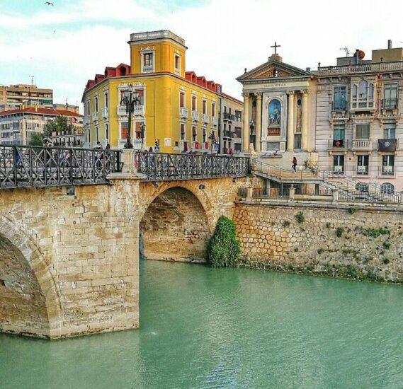 Puente Viejo sobre el río Segura en Murcia