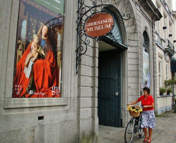 Entrada al museo Groeninge de Brujas en Flandes